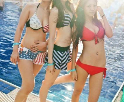 炎炎夏日,我們來到泳池邊聯誼