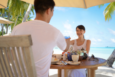 stock-photo-22146955-dinning-at-beach-restaurant
